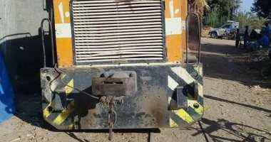 خروج جرار قطار نقل قصب عن القضبان