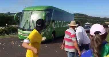 رشق حافلة البرازيل بالبيض بعد العودة من روسيا
