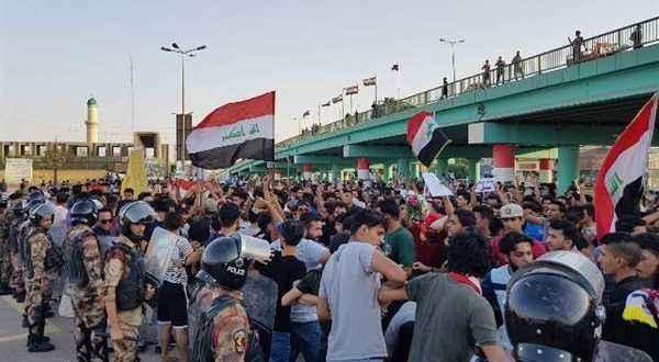 إصابة 10 أشخاص جراء تفريق القوات العراقية متظاهرين حاولوا اقتحام مبنى الديوانية