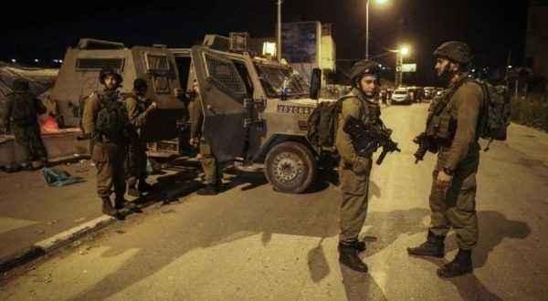 الاحتلال يعتقل مواطناً من ذوي الإعاقة بعد الاعتداء عليه غرب بيت لحم